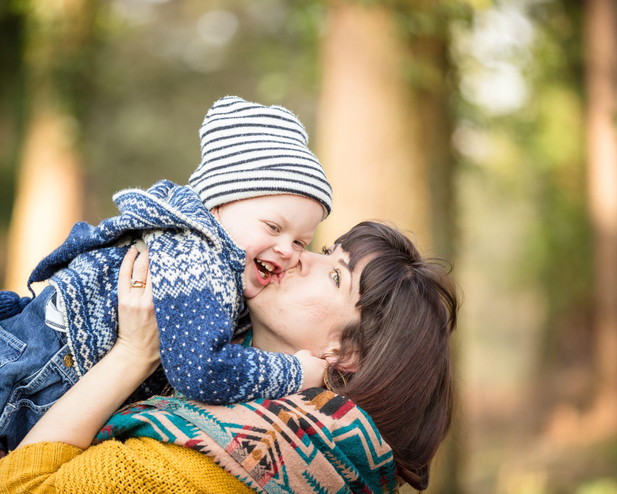 baby kissing mumy